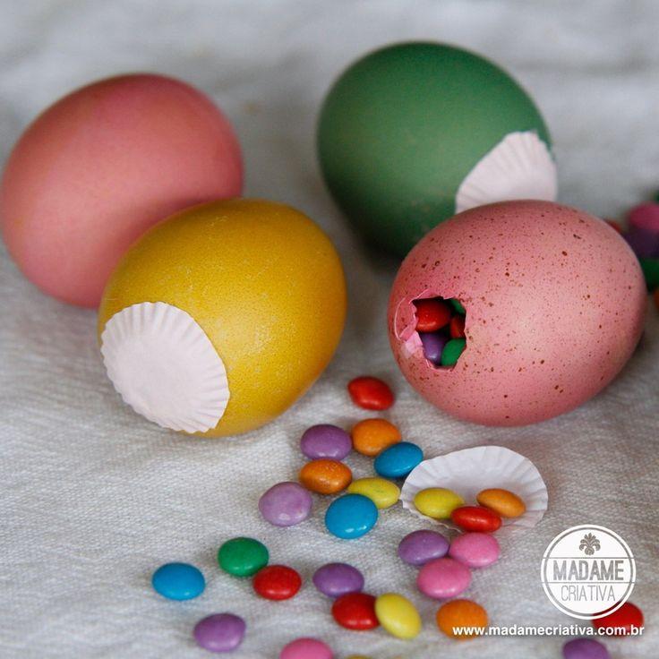 Casca de ovos tingidas podem ser um excelente elemento decorativo para decorar sua mesa de Páscoa! E tingí-los com corante alimentício é muito fácil! Se quiser cores vibrantes, use ovos brancos, se quiser tons mais fechados, use os ovos que são bege. Antes de tingir, é preciso esvaziar os ovos (é claro) e ferver em água com vinagre para tirar resíduos e deixá-los sem cheiro. Depois é só brincar com as cores e se divertir! Texto e Fotos: Bianca Barreto   Como tingir a casca do ovo Passo a ...
