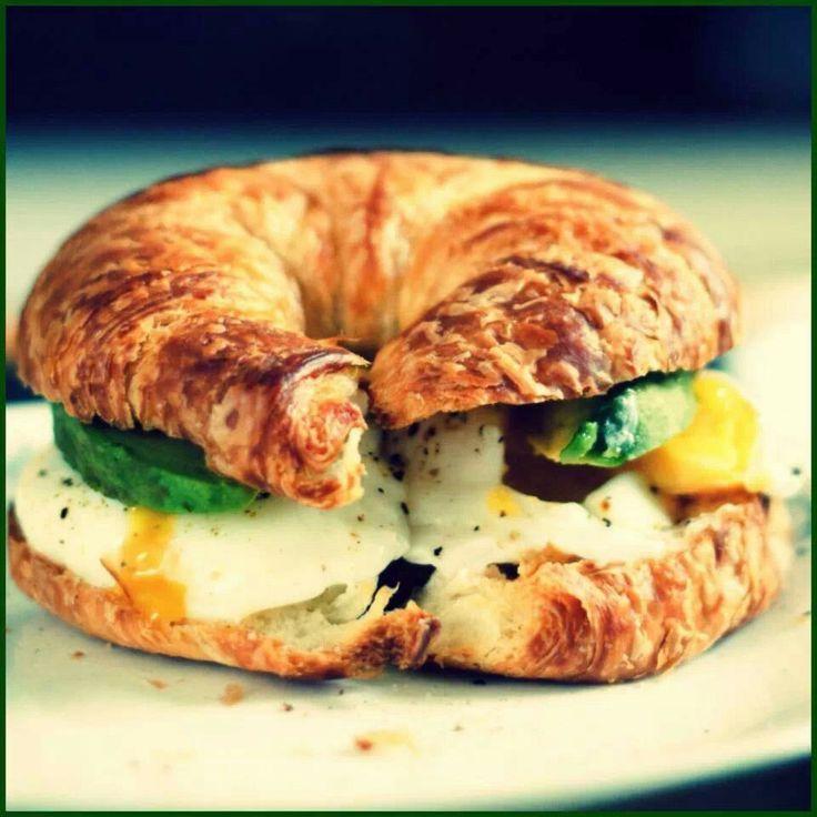 Colazione salata. Croissant uovo e avocado :P