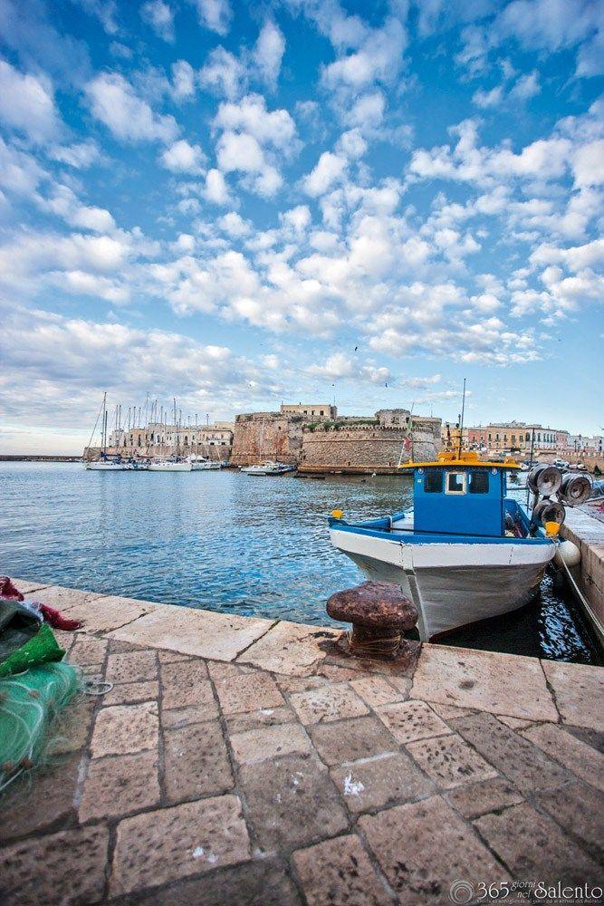 Gallipoli, probabilmente dal greco kalè polis - città bella - si affaccia sul mar Ionio .