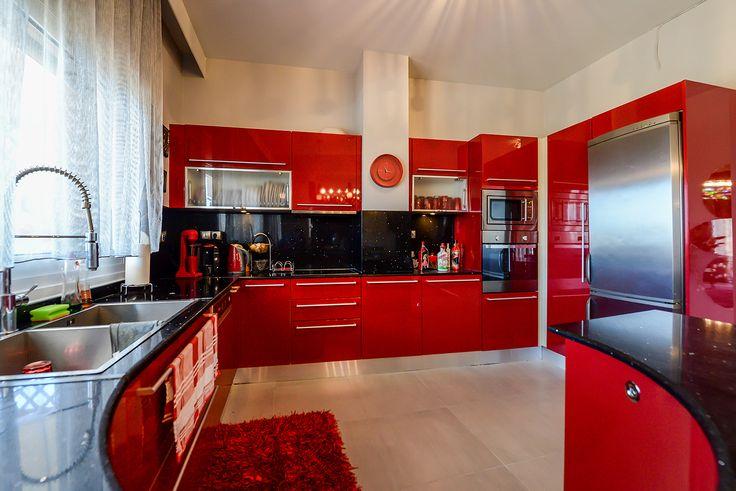 Κουζίνα σε κόκκινες αποχρώσεις. #efimesitiko #realestate #evros