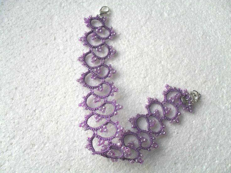 Bracelet dentelle violet avec perles , bijoux frivolite ,style gothique, victoriene , bracelet dentelle violet : Bracelet par carmentatting