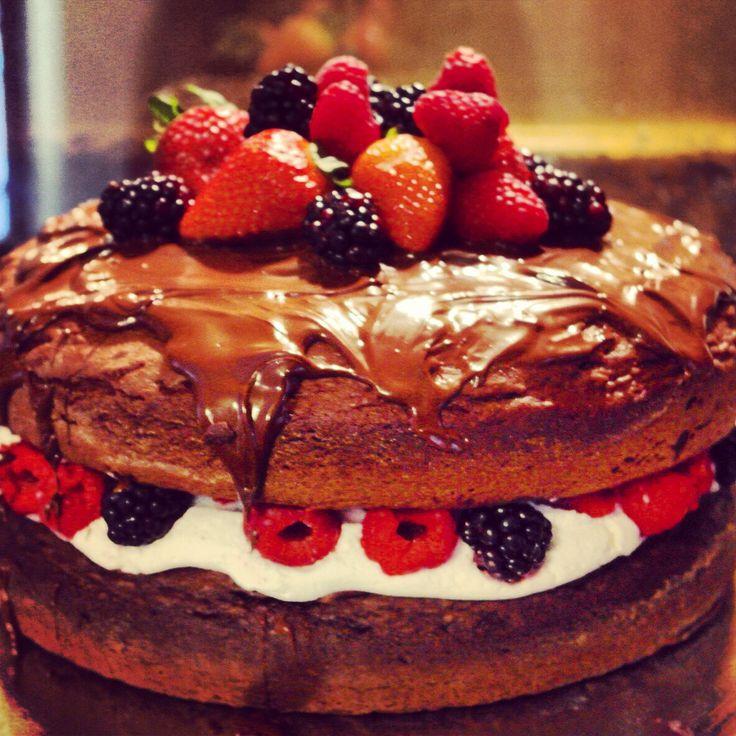 Pastel de chocolate relleno de crema de vainilla ,frutos rojos y cobertura de chocolate!