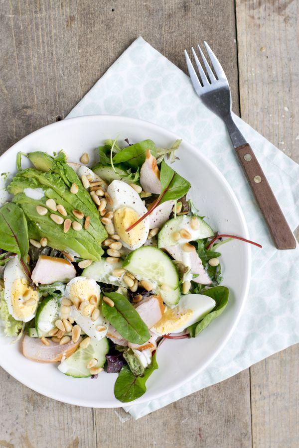 Sinds een paar weken ben ik weer into de salades bij de lunch. Dit komt doordat het zonnetje weer regelmatig schijnt,ik krijg hierdoor echt zin om salades te eten, jullie ook? Vandaag deel ik een lekkere frisse groene salade met gerookte kipfilet. Het is dat ik mezelf vaak niet de tijd geef om een salade... LEES MEER...