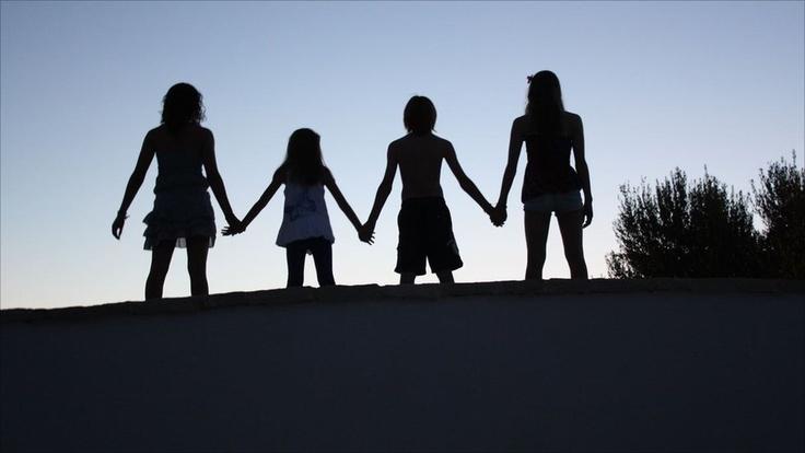 """Esta semana el tema es """"PASÁNDOLO BIEN"""". Inspírate y envía tus imágenes relacionadas con ese tema, tal como lo hicieron los lectores de la BBC en inglés. Esta foto la mandó Derek Farman. Aquí vemos a sus cuatro nietos de vacaciones en Puglia, Italia."""