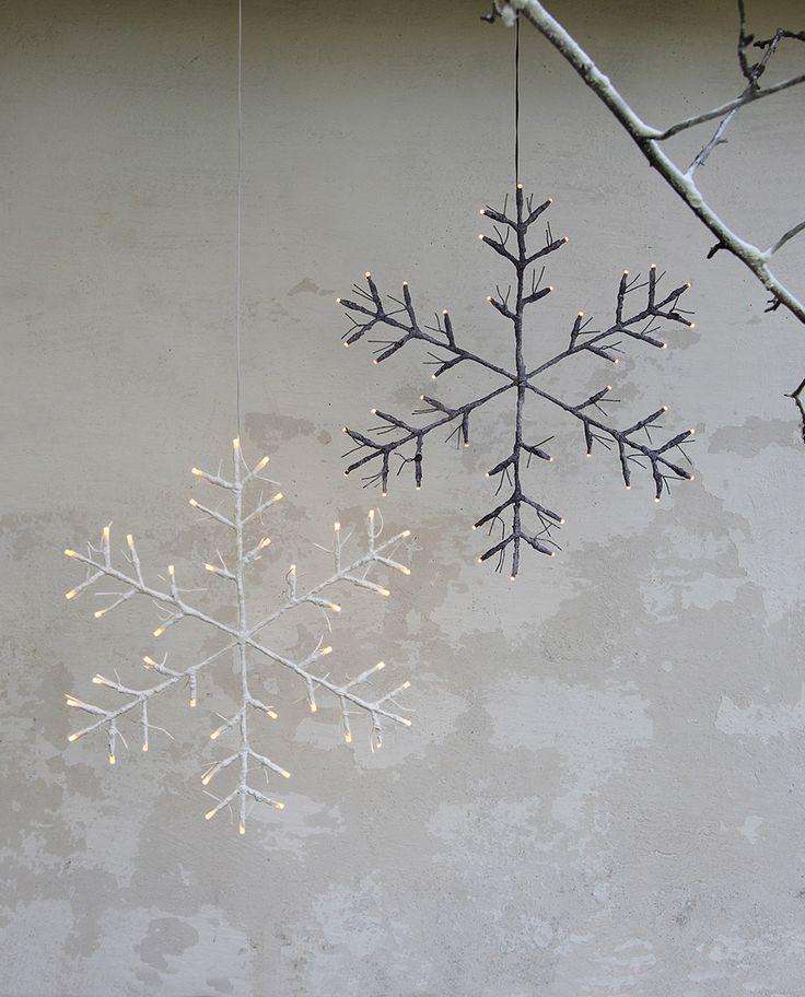 Vakkert utført snøfnugg i brun med snø utførelse fra Star Trading i samme stil som deres Tobby trær. Snøfnugget har IP44 og er kompatibel med utendørsbruk, men vil kunne fungere like bra inne i huset. Kommer også i hvit utførelse.