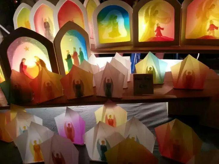 Vidrieras hechas con pintura de acuarela sobre papel de seda. Se pone una luz detrás.