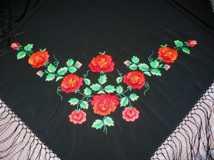 Folklor łowicki w najlepszym wydaniu: zobacz zdjęcia ręcznie haftowanych chust autorstwa Marianny Madanowskiej. Unikalne i niepowtarzalne zdjęcia haftu w sieci.