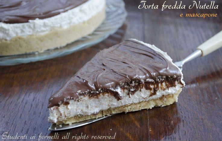 La torta fredda Nutella e mascarpone è un dolce fresco e goloso.. Base con biscotti tritati, crema deliziosa di mascarpone e panna e uno strato di Nutella..