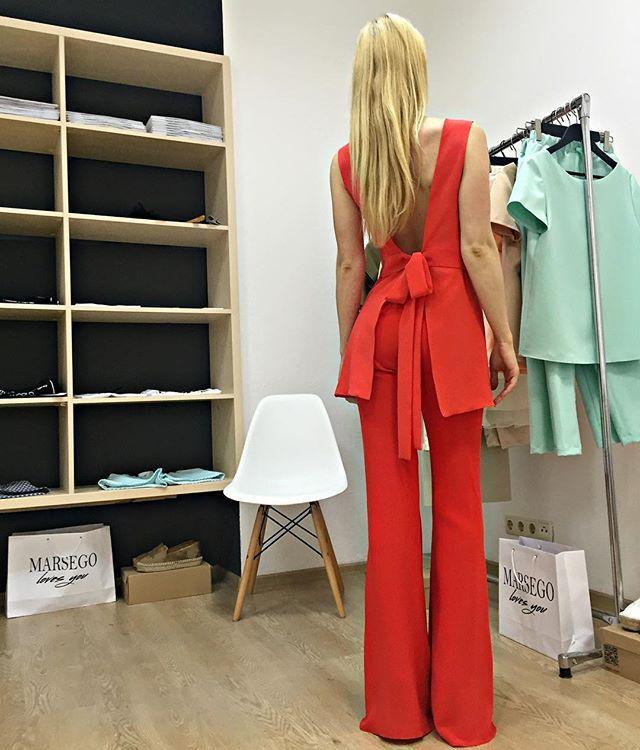 Нереально красивый костюм кораллового цвета 😍Брюки клешь и блуза с оголенной спиной,выполнены в два слоя из натурального шелка❤Цена костюма 4900грн/199$/13600руб. Для оформления заказа пишите в  Директ или viber/whatsApp на номер +380938737588. Доступен к заказу в цветах:изумруд,молоко,персик,пудра,черный