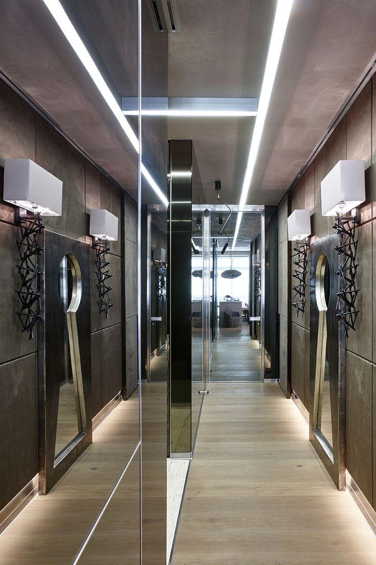 Коридор. Двери Longhi на стенах облицованных зеркалами. На стене с панелями, двери в искусственной замше. Потолок в декоративной штукатурке имитирующей бетон. На полу дубовая доска с волнообразным рельефом. Бра и зеркало Sigma.