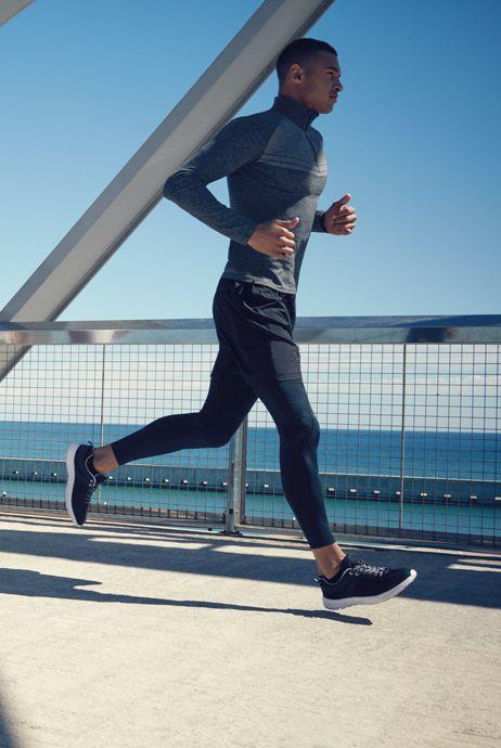 Lubicie dużo biegać? Wiele się o tym słyszy, także o opiniach kiedy najlepiej biegać, w jakim obuwiu, po jakim podłożu. Teorii jest sporo, ale oczywiste wydaje się to, że musimy być przy tym regularni, zawsze gotowi na zmiany pogodowe czy podłożowe. Najlepiej dla naszego zdrowia jest dobrać sobie odpowiednią trasę i kontynuować na niej nasz rozwój. Równie ważna będzie przy tym rozgrzewka, która uchroni mięśnie i stawy przed przeciążeniami. #trening #bieganie ##bieżnia