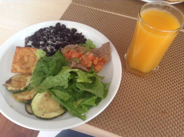 Another delicious meal prepared by me...  black beans with parmesan #cheese, roasted pumpkin, lettuce, tomato, meat, and two mini-#Empanadas.  Plus a light peach juice  frijoles negros con queso parmesano, calabaza asada, lechuga, jitomate, carne y dos mini-empanadas.  Más un jugo de durazno light
