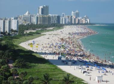 """""""Amerikan Rivierası"""" olarak anılan şehir, 10 millik benzersiz beyaz kumsalları, art deco mimarisi ve şık restoranları buraya Miami dedirtmektedir. Miami ülke sınırlarından çıkmadan bir Latin kültürüne ev sahipliği yapmaktadır. Küba kahvesi ve purosu, Küba müziği ve sanatına bir göz atmanızı sağlayacaktır. #Maximiles #Amerika #şehirrehberi #KuzeyAmerika #Miami #gezilecekyerler #görülecekyerler #seyahat #gezi #travel #America #yolculuk #LatinAmerika #turistikyerler #göl #gölmanzarası #festival"""