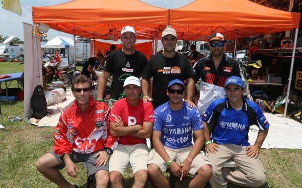 Pilotos peruanos en la meta: Cuatrimotos con Ignacio Flores (puesto 8) y el Trujillano Enrique Umbert (puesto 22), en motos Felipe Ríos (28), Israel Borrell (66), Carlo Vellutino (90), Jacques Barrón (119) y Bruno Chichizola (124). Felicitaciones y Arriba Perú.