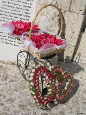 Un carretto pieno di fiori e due girlande ...