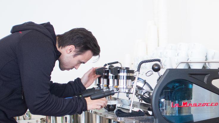 """Das CaffèCouture, das zur Third Wave Coffee Bewegung gezählt werden kann, ist neben einem Café außerdem eine exzellente Rösterei. Abseits des Röstereibetriebs kennt man das CaffèCouture vor allem für das Café selbst. Mittlerweile gibt es zwei Standorte: """"CaffèCouture Showroom & RoastingLab"""" in der Garnisongasse und das """"CaffèCouture District 1"""" in der Ferstel Passage."""