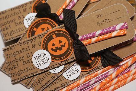 cute and simple favors: Party Favors, Halloween Parties, Treats Bags, Cute Ideas, File Folder, Parties Favors, Halloween Treats, Pixie Sticks, Kid