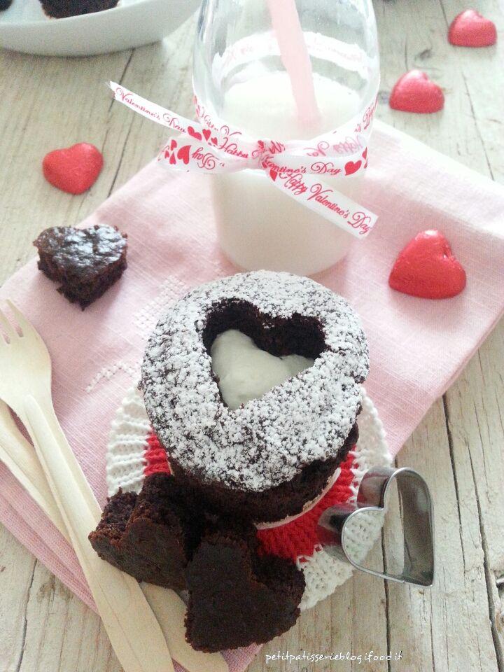 Per San Valentino preparate questi Cupcakes al cioccolato e stupirete la vostra dolce metà!! Ho scovato l'idea su Pinterest e poi mi sono messa al lavoro per trovare una ricetta di muffin al cioccolato che soddisfacesse i miei gusti ed aspettative: li volevo facili da fare, leggeri, con poche uova,…