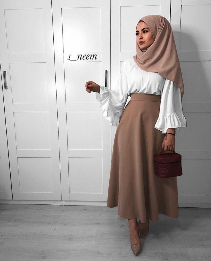 hübsche Frau mit wunderschönem Hijab-Outfit