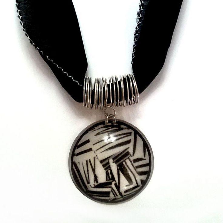 Siyah beyaz soyut desen kolye Zet.com'da 36 TL