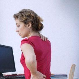 Le posizioni salvacollo in ufficio - Mese prevenzione  Gli attacchi di cervicale si possono prevenire. Basta controllare che la postura dietro al scrivania sia quella giusta. Fai il check up alla tua postazione,  postura, computer, cervicale, collo Sedia troppo alta, luci sbagliate, sistemazione errata del computer. Eccole, le responsabili delle crisi di artrosi cervicale. Perché costringono a cattive posture, con le spalle ingobbite, il collo teso in avanti, le braccia rigide. Per lavorare…