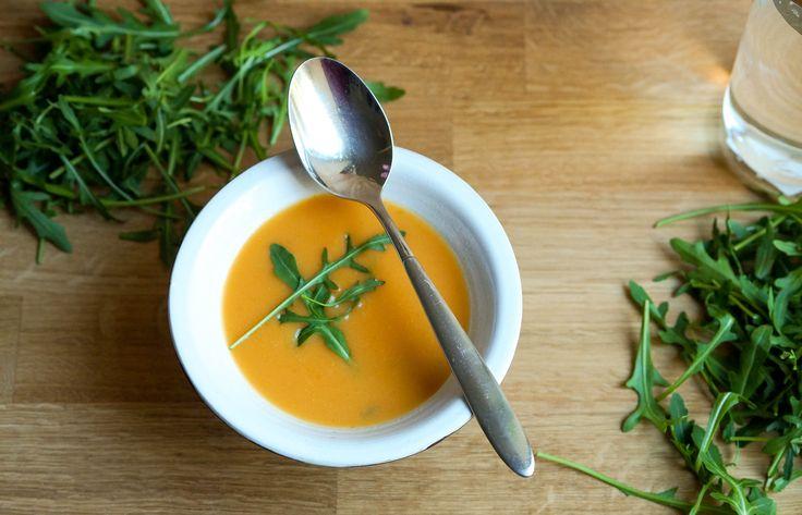 Eine herrliche vegane Süßkartoffel Kokos Suppe, die Frühlingsgefühle weckt. Sie ist leicht und bekömmlich und dank der Kokosmilch wunderbar cremig.