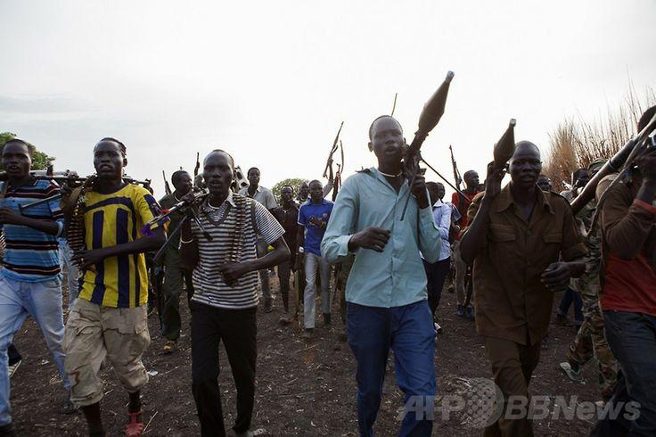 南スーダンのナシル(Nasir)での集会に参加する反政府の民兵組織「白い軍隊(White Army)」のメンバーら(2014年4月14日撮影)。(c)AFP/ZACHARIAS ABUBEKER ▼22Apr2014AFP|南スーダンに崩壊の危機、反乱軍との戦闘激化 http://www.afpbb.com/articles/-/3013204 #Nasir #White_Army #South_Sudan #Sudan_del_Sur #Soudan_du_Sud #Suedsudan
