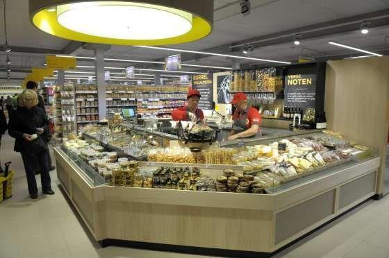De noten-pastabar in bediening is de blikvanger van de winkel.