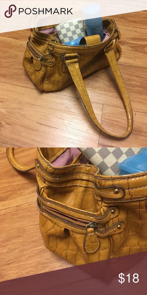 Liz Claiborne tan camel purse for fall! Cute camel color fall purse in great condition! Liz Claiborne Bags Shoulder Bags