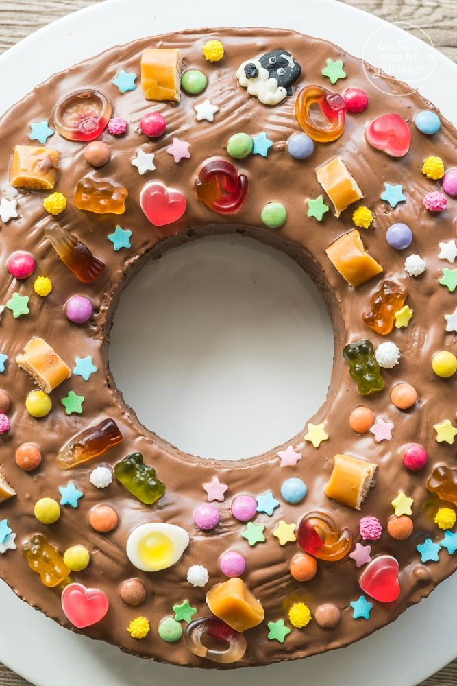 Bunter Geburtstagskuchen mit Süßigkeiten - nicht nur für kleine Kinder! Drin steckt der klassische Geburtstagskuchen, ein Marmorkuchen; die Deko besteht aus kunterbunten Süßigkeiten