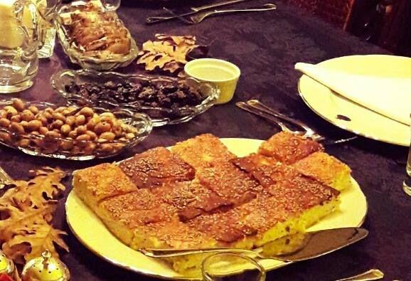 Τυρόπιτα με τριμμένο κολοκύθι και γιαούρτι χωρίς φύλλο…από την Αλεξάνδρα Σουλαδάκη http://www.donna.gr/14305/tyropita-me-trimmeno-kolokythi-ke-giaourti-choris-fylloapo-tin-alexandra-souladaki/  Ένα τέταρτο τυρί φέτα χοντροτριμμένο, δυο στραγγιστά γιαούρτια με χαμηλά λιπαρά δυο αβγά, ψιλοκομμένο δυόσμο φρέσ