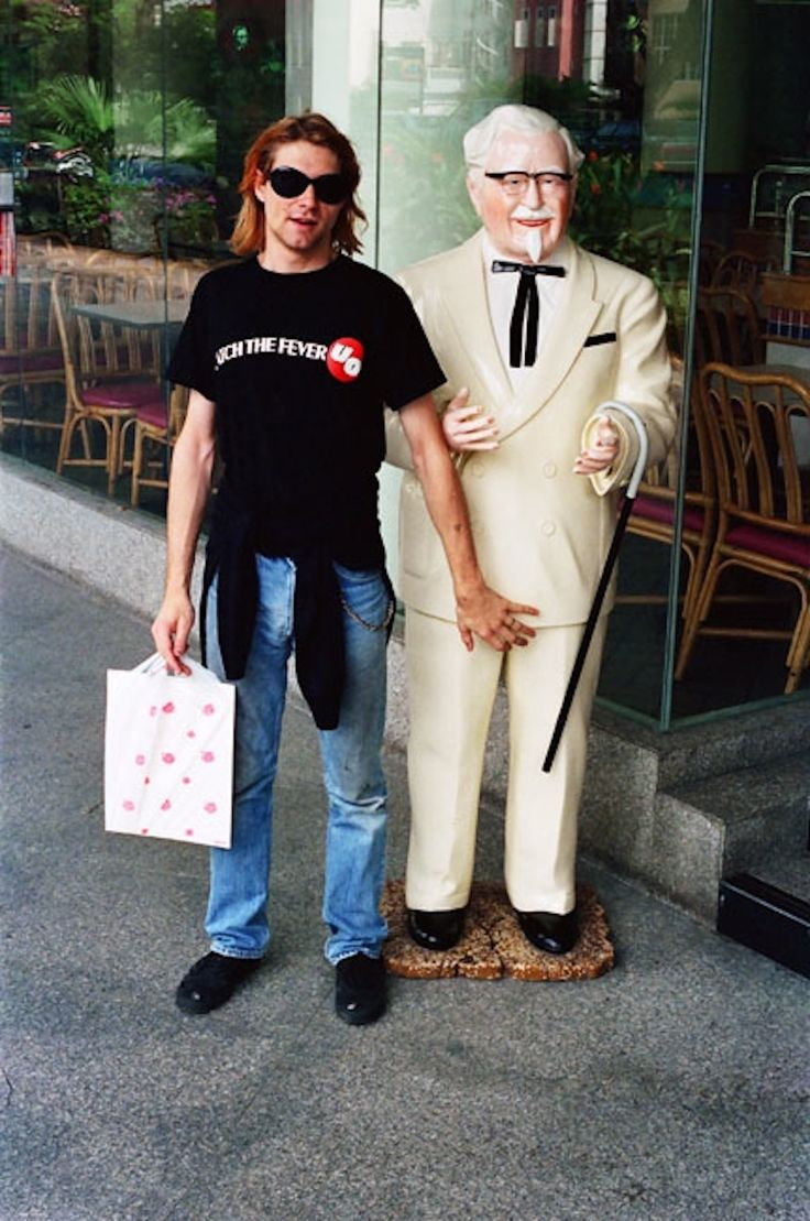 And he also found time to grab a feel of the Colonel. | Kurt Cobain Hanging Out With Ronald McDonald And Colonel Sanders Are The Greatest Photos Ever
