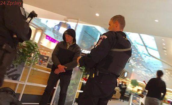"""Protiteroristická hlídka zadržela muže v pražském """"nákupáku"""": O koho jde, policie neřekla"""