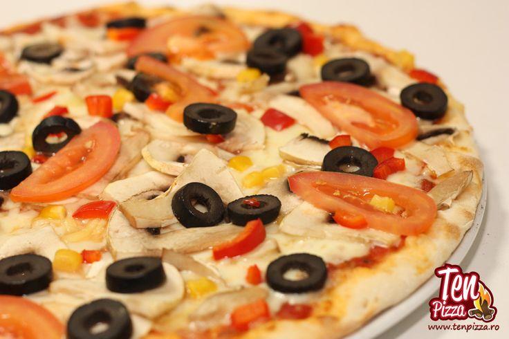 Pizza Vegetariana -  Salsa di pomodoro, mozzarella, ciuperci proaspete, rosii felii, masline negre feliate, ardei gras, porumb