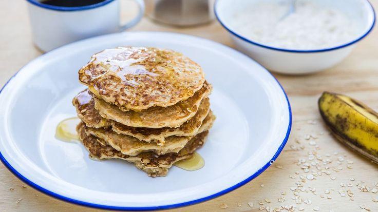 Lívance s banánovo-jogurtovým dipem   Na 10 lívanců potřebujete: 400 ml mléka, 300 g jemných ovesných vloček, 2 vejce, 2 lžíce medu, ½ lžičky skořice, špetku soli. Na banánovo-jogurtový dip: 2 zralé banány, 2 lžíce bílého jogurtu, 1 lžičku medu, špetku skořice