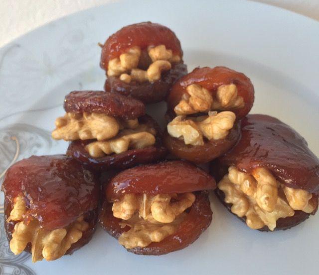 Ballı kuru kayısı tatlısı tarifi nedir?Gün kurusu ile tarçınlı süper kuru kayısılı tatlısı yapımı için Masalkek'i ziyaret edebilirsiniz.Kayısılı tarifler