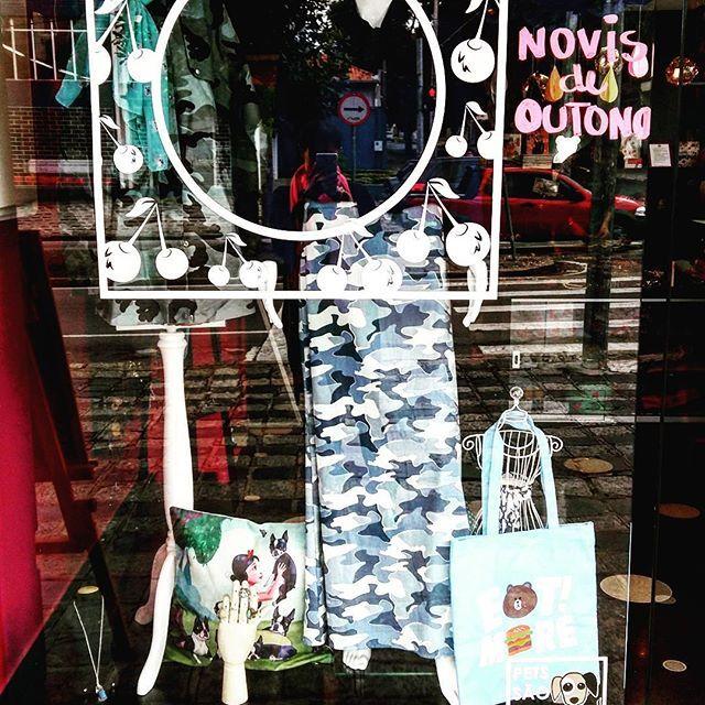 Vitrine da Semana: Tons de Azul  Blusa em crepe azul com laço   Saia em jeans com estampa mara camuflada  Parka de lona com estampa camuflada   Anéis com pedras no tom azul  Bolsinha fofa de urso  Capa para almofada Branca de Neve e os 7 Buldogues  Colar da Alice com poção mágica   Lenço de carinhas de cachorro   #cherryboxmoda #lojafisica #vitrinedasemana #modaautoral #modafeminina #mulher #curitiba #azul #colecaosensacoesurbanas #colecaooutonoinverno2017 #modaartesanal #camuflagem #fofo…