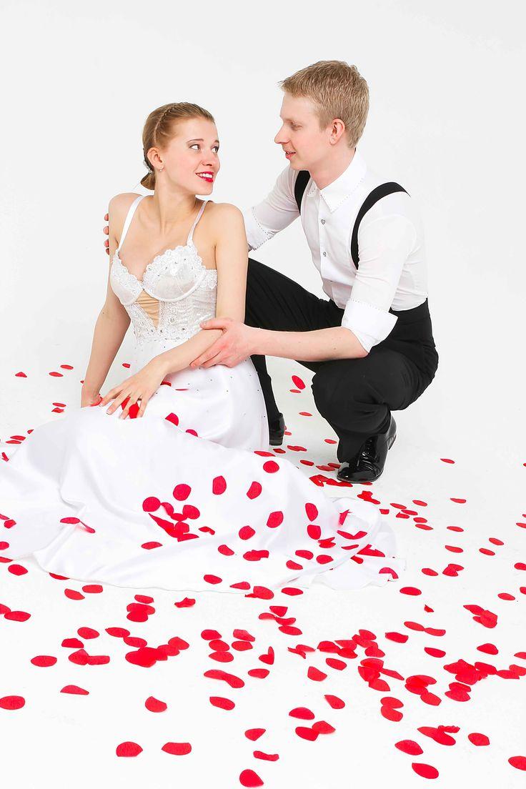 Приглашая фокусника на свадьбу, Вы выбираете сказку, в которой участвуют все! Фокусник на свадьбе покажет волшебные превращения с голубями, романтические трюки со свечами, яркие огни и энергия! Вместе с фокусником на свадьбе примут участие в волшебной игре не только гости, но и главные герои дня – жених и невеста!