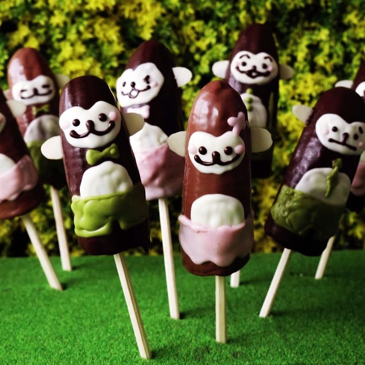 Go 'nanas for these adorable monkey treats! Chocolate-dipped bananas have never been so fun.