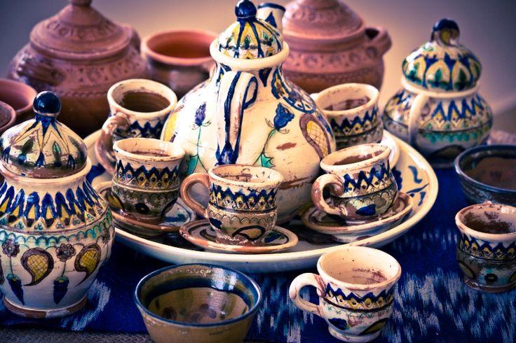 Durante las excavaciones en Afrasiab (Samarcanda) en diferente años fueron encontrados muchos especímenes de los artículos de cerámica de los siglos IX-XII representados la cultura de los Karajanidas y Samanidas. Principalmente son platos y jarras de cerámica, pintados de engobes colorados y cubiertos con esmalte. En …