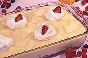 À la recherche d'un dessert sans cuisson qui fera succomber famille et amis? Optez pour ce dessert étagé composé d'une croûte de chapelure, d'une garniture fruitée au fromage à la crème et de votre essence de pouding préférée!