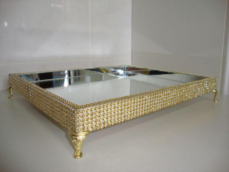 Bandeja em base de MDF com parte interna revestida de espelhos e decorada com strass dourado, Pés egípcios.