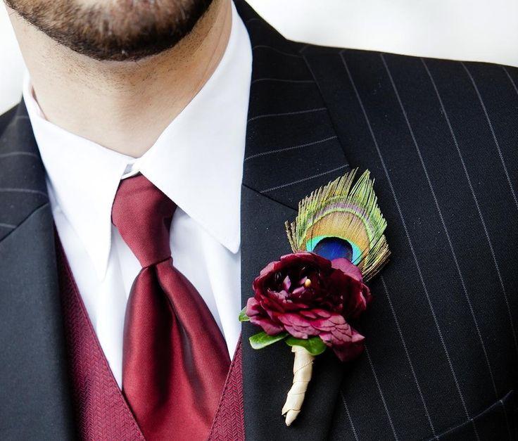 БУТОНЬЕРКА ЖЕНИХА В день своей свадьбы в 1840 г. принц Альберт вынул цветок из букета невесты королевы Виктории и прорезав ножом дырку в своем мундире закрепил в ней цветок. Так появилась свадебная бутоньерка. Для бутоньерки чаще всего используют цветы букета невесты. Нам нравится видеть в этом символ объединения судеб но главное  идеальное сочетание. Вы можете использовать и другие цветы. Композиция из небольших цветков и декора закрепляется булавкой на лацкане чуть выше сердца. В…