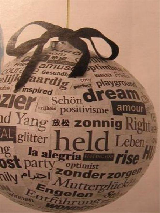 Deze kerstbal is gemaakt van een ballon en dan bedekt met kranten als de bal hard is geworden kan je de bal versieren met verf glitters enz.