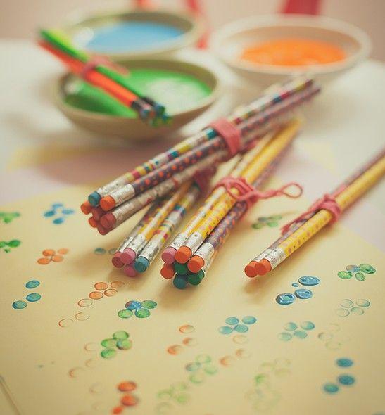 Que tal se inspirar em Yayoi Kusama, a artista plástica japonesa obcecada por bolinhas? A turminha pode criar suas obras com carimbos feitos de borrachas de lápis. Bowls Tyyli Home, lápis Papel Craft