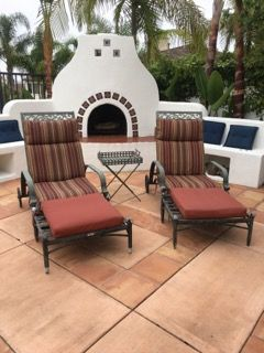 SET OF HAMPTON BAY METAL LOUNGE ARM CHAIRS WITH SEPARATE OTTOMANS AND ALLEN AND ROTH CUSHIONS.
