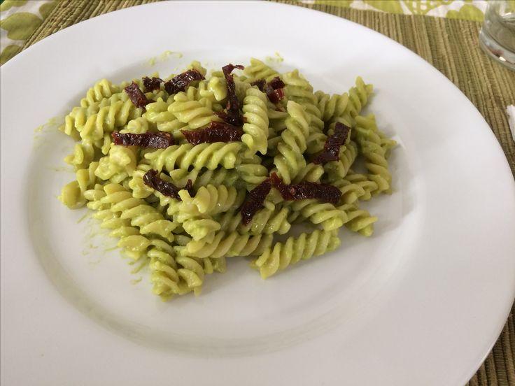 Pasta in salsa di avocado con pomodori secchi - pasta with avocado sauce and dried tomato