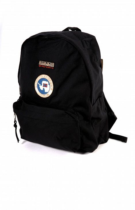 РЮКЗАК NAPAPIJRI VOYAGE BLACK  Классический и практичный городской рюкзак, появляющийся в каждой коллекции бренда. В качестве основного материала используется износостойкий полиамид. Большое внутреннее отделение с объёмом в 22 литра и вместительный накладной карман на внешней стороне. Лямки отделаны прочным, но мягким нейлоном, обеспечивающим высокий комфорт. Однотонная расцветка украшена нашивкой с изображением северного полюса, норвежского флага и логотипом бренда. Модель представлена в…