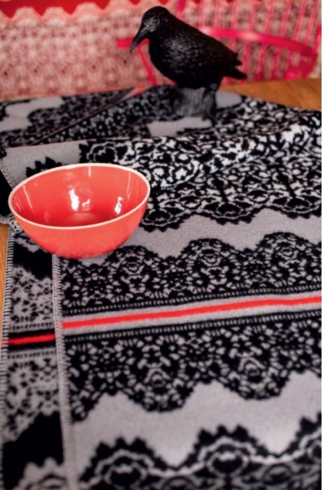 Сольвейг Хисдаль родилась в 1946 г. в Норвегии, окончила Бергенскую Национальнуя Академию Искусств и является графическим дизайнером и модельером. Она известна прежде всего своими проектами трикотажа для «Oleana», известной марки одежды и текстиля. Она была нанята в 1992 после того, как основатели компании видели ее выставку в Осло «Свадебные Жакеты от Городской Девочки». Она была их единственным проектировщиком с тех пор. Она — также фотограф д…