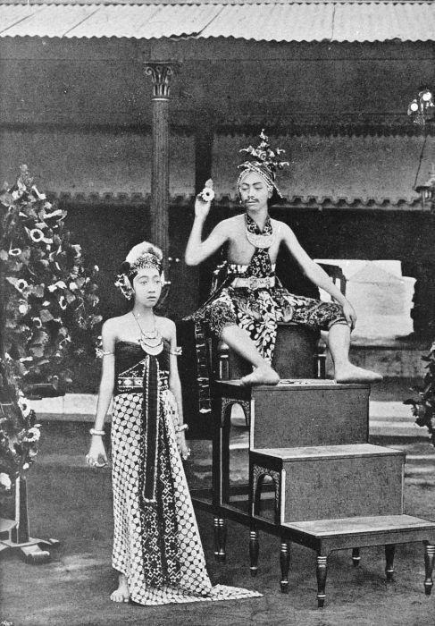 """""""De kroonprins in danskleding tijdens een dansvoorstelling in de kraton van de Sultan van Jogjakarta. Rechts Gusti Raden Mas Poetra (zoon van HB VII) en links in vrouwenkostuum Gusti Raden Mas Natapradja, ca. 1899"""""""